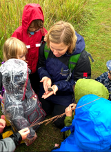 Heidi Faris showing a tiny turtle to a group of young children